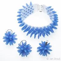 Produktová fotografie - bižuterní sada náhrdelník, náušnice a přívěsek z modrých skleněných jazýčků (© Jan Jirouš)