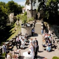 Svatební obřad na hradbách Valdštejna v Českém Ráji (© Jan Jirouš)