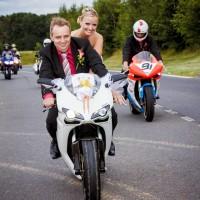 Ženich s nevěstou na motorce (© Jan Jirouš)
