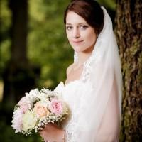 Nevěsta s kyticí v zámeckém parku na Sychrově (© Jan Jirouš)