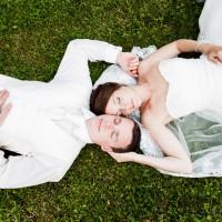 Svatební inspirace - v trávě (© Jan Jirouš)