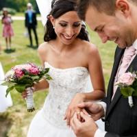 Momentka ze svatebního obřadu na zámku Sychrov - nasazování prstýnků (© Jan Jirouš)