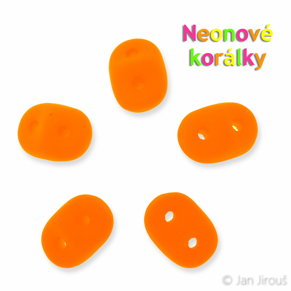 Produktová fotografie - oranžové neonové korálky s UV efektem (© Jan Jirouš)