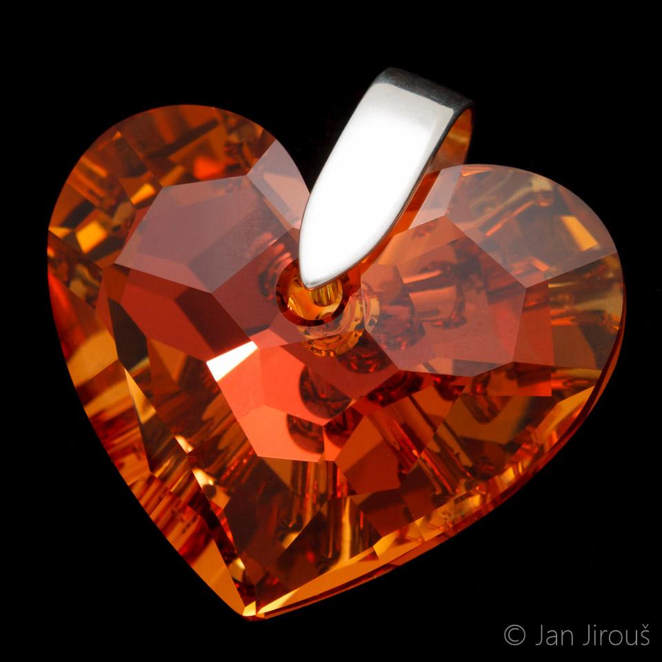Produktová fotografie - stříbrná šlupna (AG925) na skleněném srdcovém přívěsku Swarovski Elements (© Jan Jirouš)