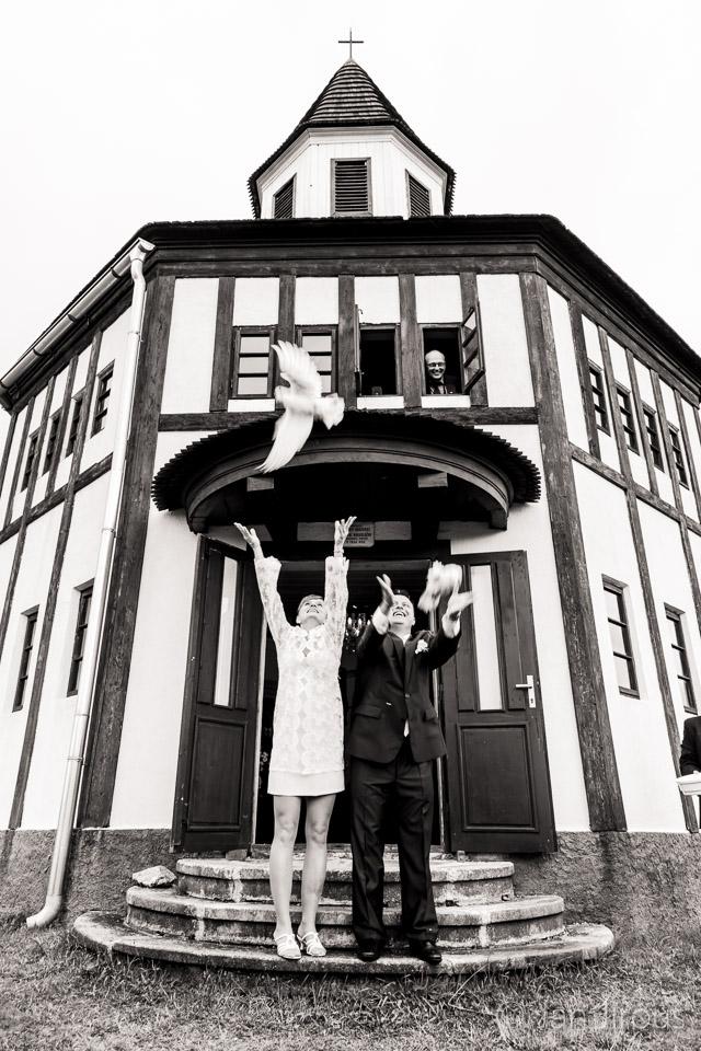 Vypouštění svatebních holubic - Tesařovská kaple, Kořenov (© Jan Jirouš)