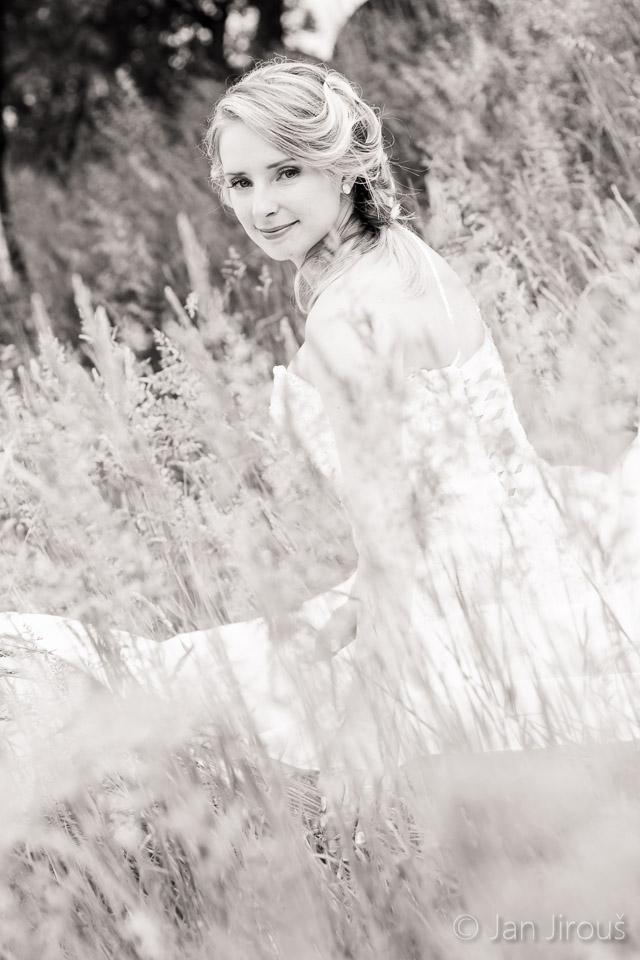 Krásná nevěsta v trávě - farma Vysoká (© Jan Jirouš)