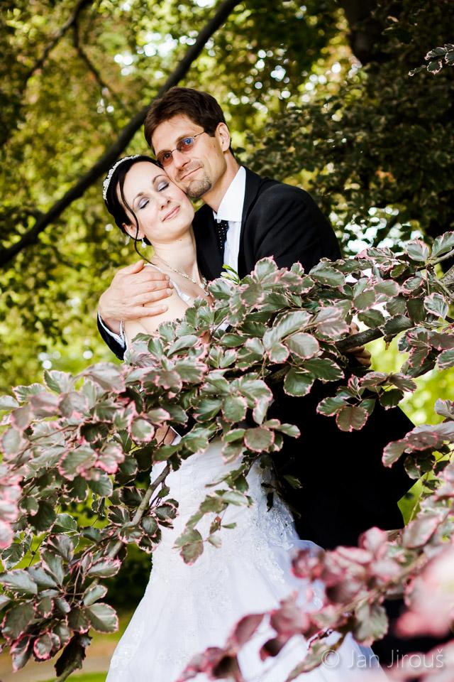 Svatební foto v parku zámku Sychrov (© Jan Jirouš)