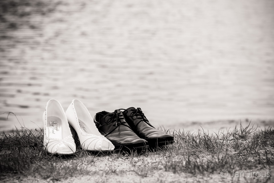 Svatební boty v trávě (© Jan Jirouš)