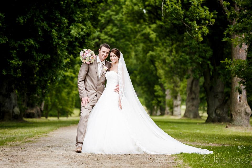 Svatební foto - zámecký park Sychrov, nevěsta s dlouhým závojem (© Jan Jirouš)