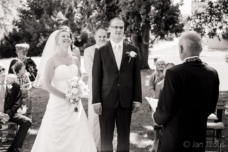 Svatební obřad v zámecké zahradě na Hrubém Rohozci (© Jan Jirouš)