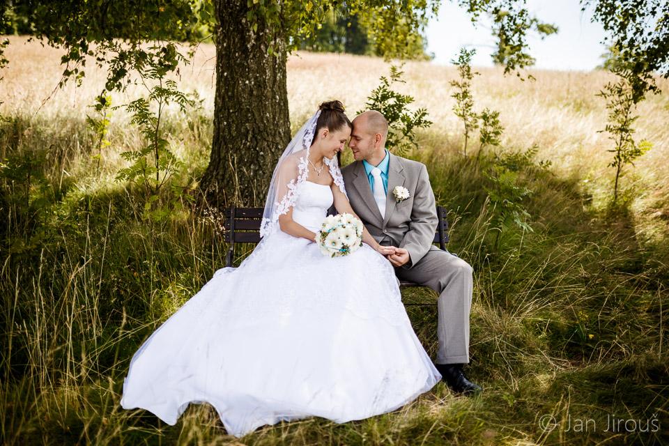Svatba v Loučné u Jablonce nad Nisou - novomanželé na lavičce (© Jan Jirouš)