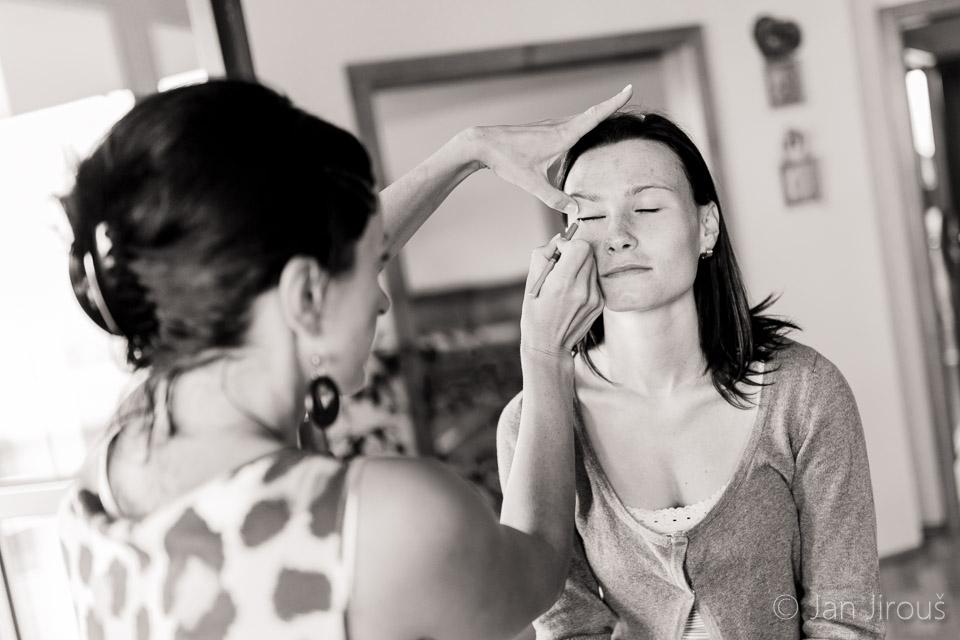 Momentka z příprav - líčení nevěsty (© Jan Jirouš)