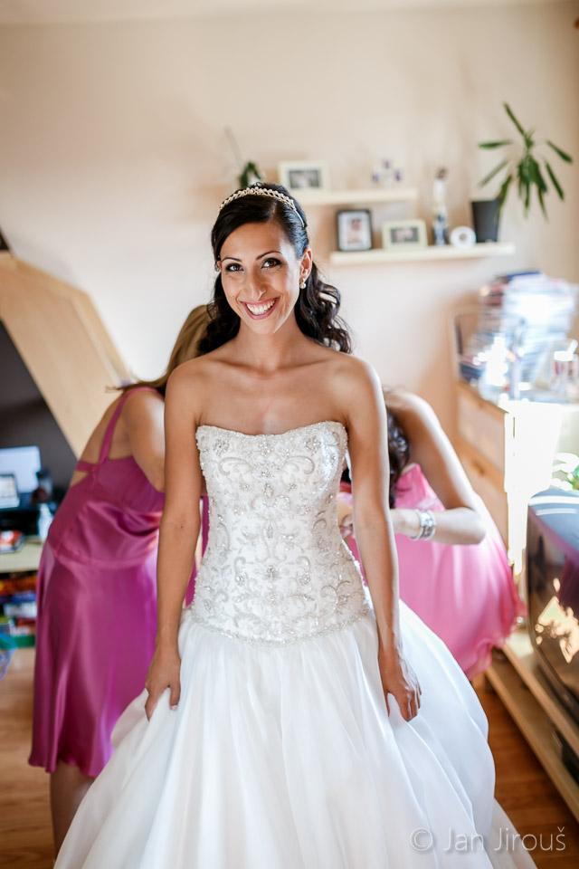 Šněrování svatebních šatů (© Jan Jirouš)