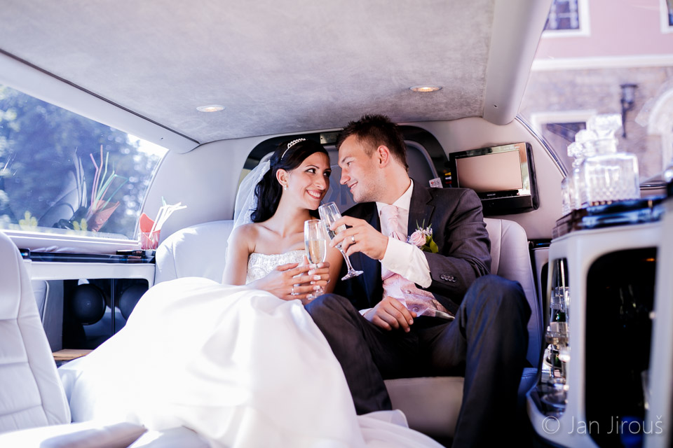 Novomanželský přípitek v limuzíně (© Jan Jirouš)
