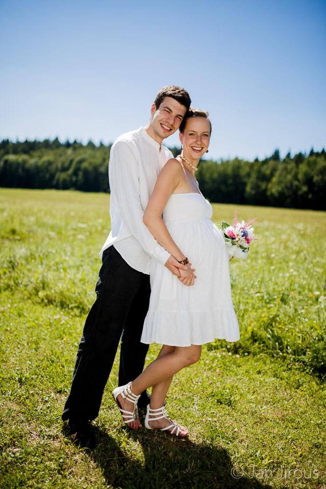 Těhotná nevěsta, novomanželé v létě na louce (© Jan Jirouš)