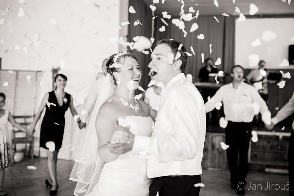 Ženich s nevěstou při tanci, svatební zábava (© Jan Jirouš)