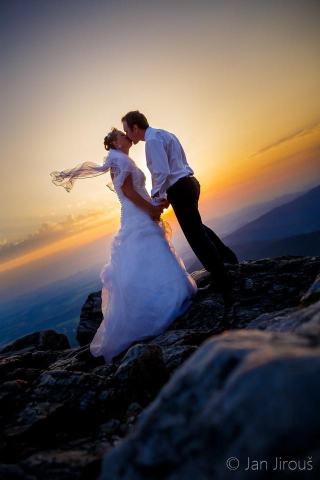 Svatba, novomanželé při západu slunce na Ještědu (© Jan Jirouš)