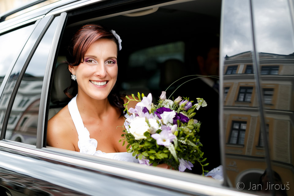 Nevěsta v autě, svatební portrét (© Jan Jirouš)