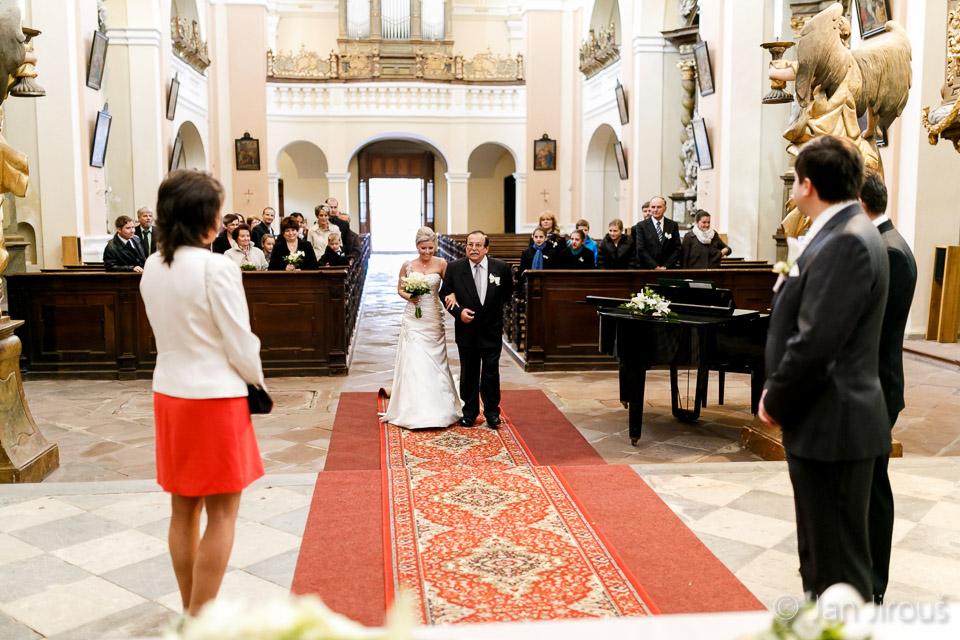 Svatební obřad v klášterním kostele Sv. Augustina ve Vrchlabí (© Jan Jirouš)