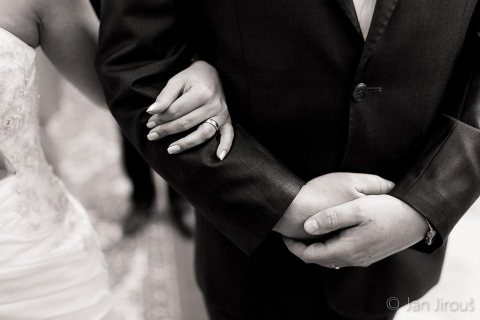 Detail ze svatebního obřadu - ruce (© Jan Jirouš)
