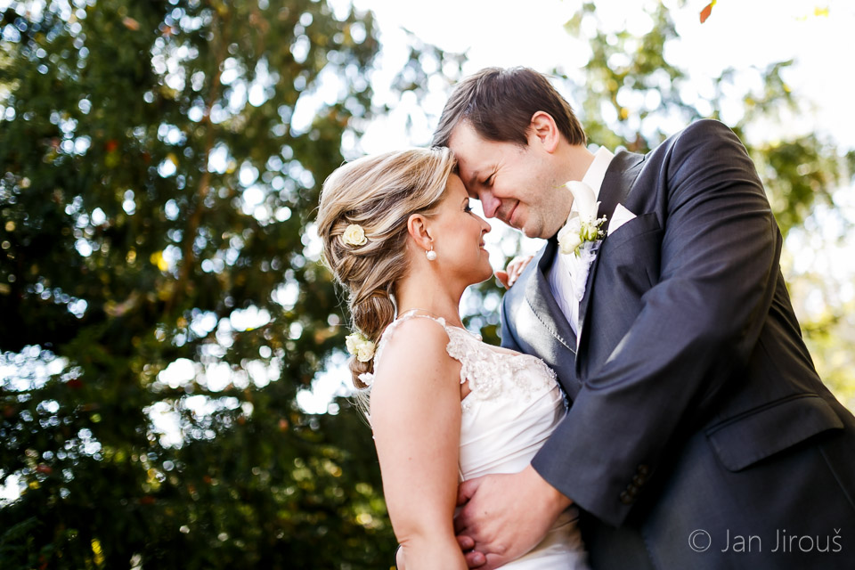 Svatba, ženich a nevěsta v objetí (© Jan Jirouš)