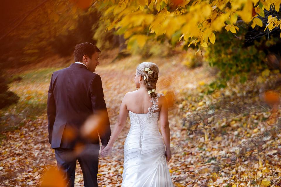 Podzimní svatba - zámecký park Vrchlabí, novomanželé (© Jan Jirouš)