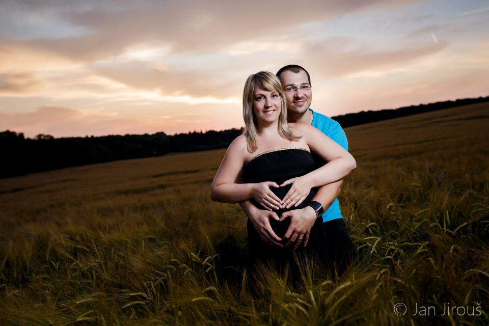 Těhotenské foto v poli
